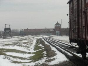 Auschwitz-Birkenau Rampe mit Haupttor