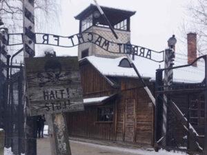 Auschwitz-Birkenau Haupteingang vom Stammlager